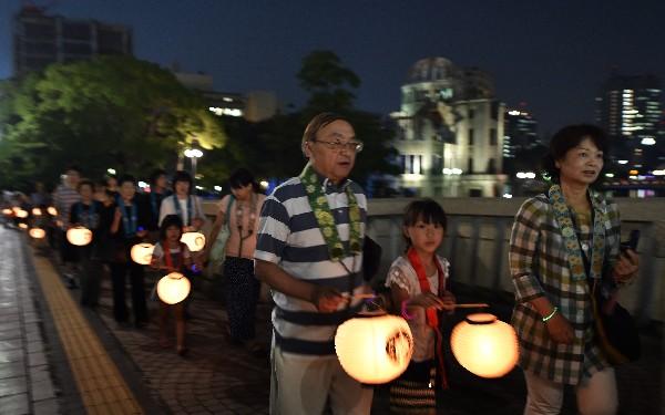 <em>Budistas marchan para recordar a víctimas del ataque nuclear.</em>