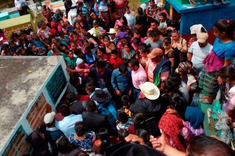 Durante el sepelio se recordaron los sueños de la joven.(Prensa Libre: Whitmer Barrera.)