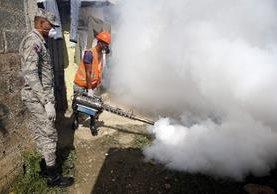 Elementos de la Fuerza Aérea Dominicana, fumigan y entregan información durante la jornada nacional preventiva en contra el zika.