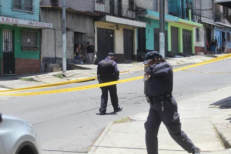 La policía resguarda el lugar del ataque, en la colonia Mezquital, zona 12 de Villa Nueva. (Foto Prensa Libre: Érick Ávila)