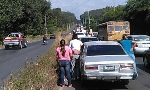 Volcadura de un tráiler causó demoras en el tránsito en Cocales. (Foto Prensa Libre: Eduardo González)