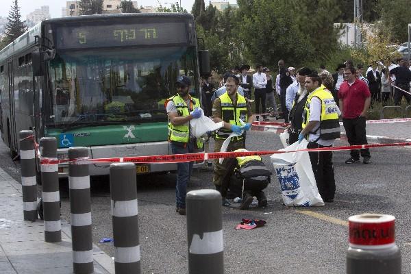 Equipo de identificación de víctimas de desastres limpian la escena después del ataque.