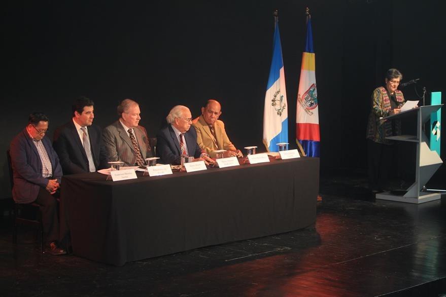 De izquierda a derecha, escritor Francisco Morales Santos; Rafael Chávez, consultor de la Embajada de España; académico Mario Alberto Carrera; Mario Antonio Sandoval, director de la Academia Guatemalteca de la Lengua; Silvio Mora Mora, embajador de Nicaragua, y poetisa Delia Quinonez.