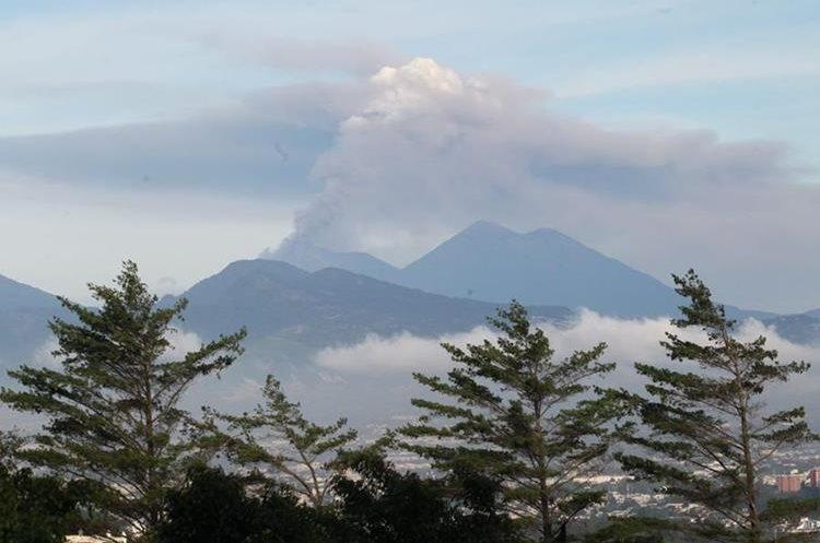 Desde el mirador de carretera a El Salvador así se pudo observar la actividad.