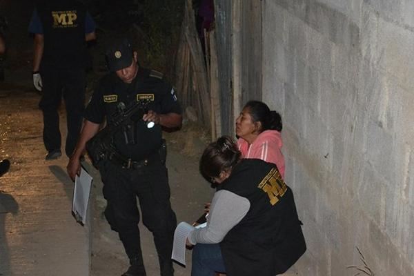 """<p>Familiar de uno de los cinco asesinados en El Progreso declara frente a un investigador del Ministerio Público. (FOTO PRENSA LIBRE: Hugo Oliva)<br _mce_bogus=""""1""""></p>"""