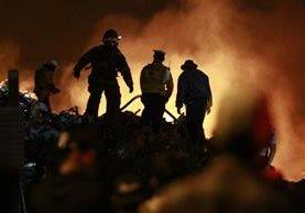 Bomberos trabajan para controlar el incendio en la recicladora. Foto Prensa Libre: Carlos Hernández.
