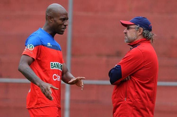 En el entrenamiento de este lunes, el jugador Johnny Woodly sostuvo una extensa charla con el entrenador Gustavo Machaín. (Foto Prensa Libre: Óscar Felipe Q.)