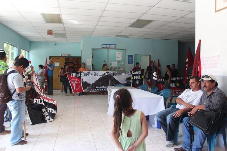 Sindicalistas permanecen en instalaciones del Hospital Regional de San Benito, Petén. (Foto Prensa Libre: Rigoberto Escobar)