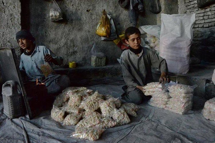 El trabajo infantil es uno de los grandes flagelos en países en conflicto como Afganistán. (Foto Prensa Libre: AFP)