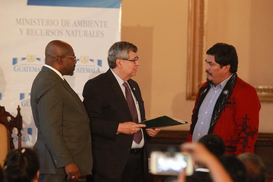 El vicepresidente Jafeth Cabrera y el ministro de Ambiente Sydney Samuels entregan a Daniel Pascual el informe de contaminación y desvío de ríos. (Foto Prensa Libre: Estuardo Paredes)