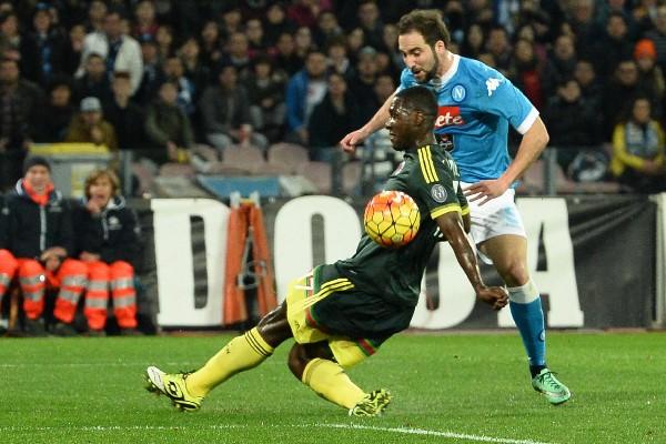 Gonzalo Higuain (d) de Napoli disúta el balón contra Alex de Milán. (Foto Prensa Libre: EFE)