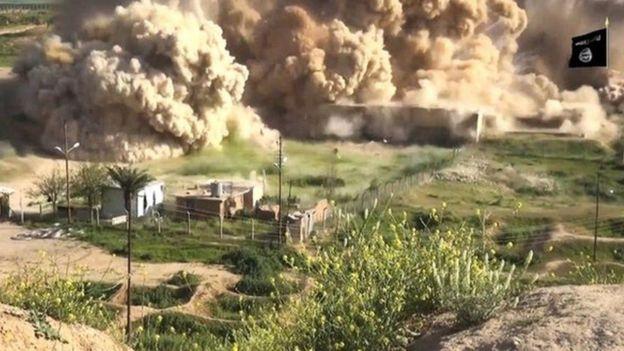 EI publicó un video en abril de 2015 mostrando como volaban partes de Nimrud. AFP
