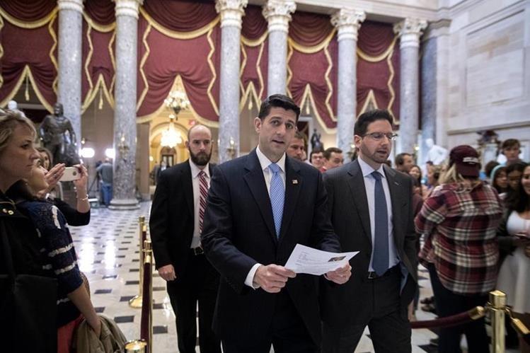 El presidente de la Cámara de Representantes de los EE.UU. Paul Ryan (c), camina por Statuary Hall antes de la votación de la Cámara. (Foto Prensa Libre: EFE)