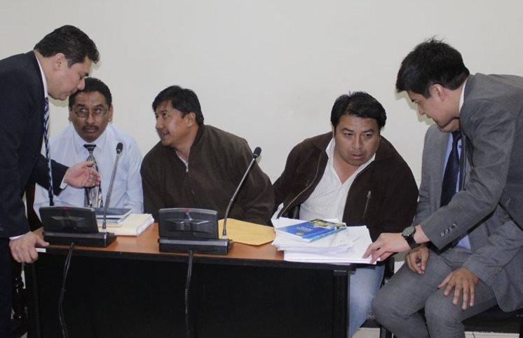 Exconcejal Pérez Hernández y su hermano Melvin –ambos al centro–, durante audiencia en juzgados de Quetzaltenango. (Foto Prensa Libre: María José Longo)
