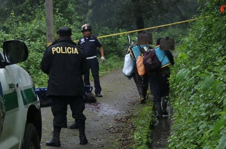 El hallazgo lo hizo un grupo de agricultores que se dirigía a trabajar. (Foto Prensa Libre: Víctor Chamalé)