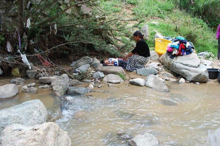 Mujeres utilizan el río Cuyumpá para lavar ropa. (Foto Prensa Libre: Mike Castillo)