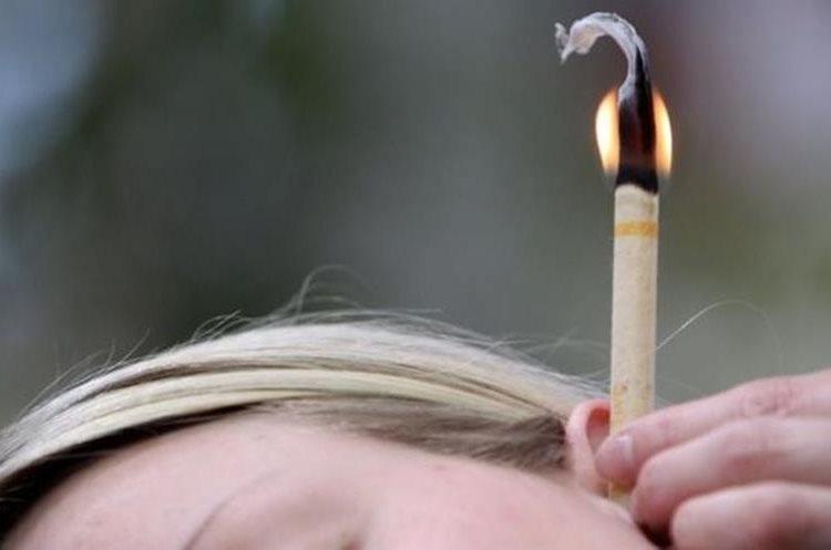 La Academia Estadounidense de Otorrinolaringología recomienda no usar velas para limpiar los oídos. (GETTY IMAGES)