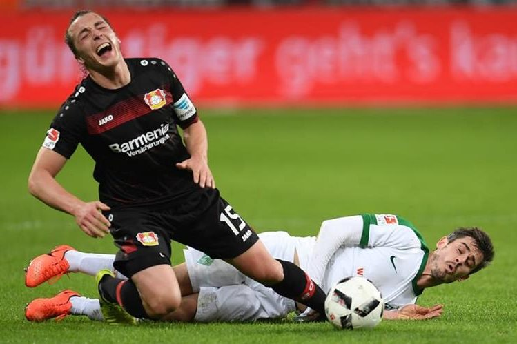 El Leverkusen está a pocos días de enfrentar al Atlético de Madrid y aún no carbura. (Foto Prensa Libre: AFP)