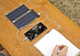 El sistema Solar Paper, que incorpora paneles que pesan 113 gramos cada uno, es resistente a los líquidos. Sus imanes laterales facilitan la colocación sobre superficies metálicas. (Foto Prensa Libre: EFE).