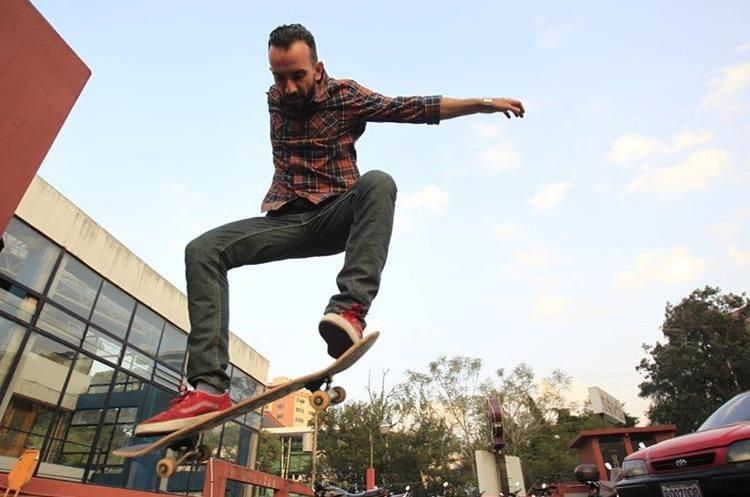 Jacobo Aguilar fundador de tienda para skaters FS Skateshop, hace varios años se dedica a patinar. (Foto Prensa Libre: Carlos Hernández)