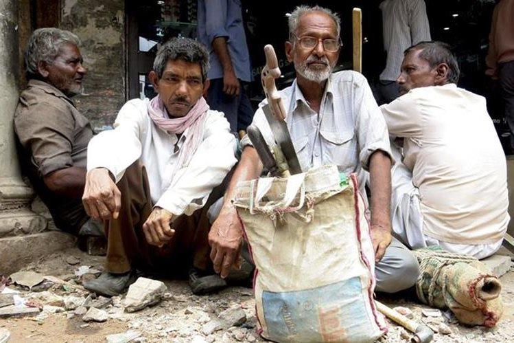 Un carpintero espera clientes en la parte vieja de Delhi. El primer ministro indio, Narendra Modi, aspira a formar en 7 años a unos 500 millones de compatriotas. (Fotografía PL-EFE)