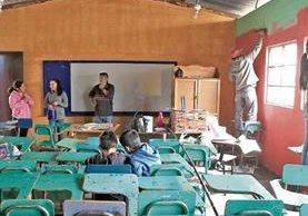 Alumnos, exalumnos, maestros y padres de familia se unen cada año para pintar y hacer mejoras a la Escuela Oficial Urbana Mixta No. 454 de Santa Elena 3, en la zona 18. (Foto Prensa Libre: Carlos Hernández)