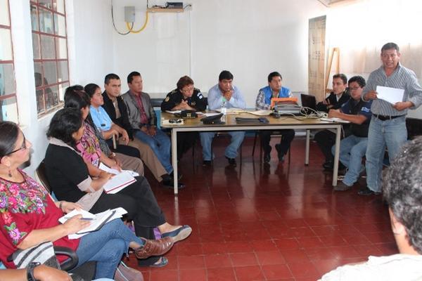 """<p>Líderes de consejos comunitarios de Desarrollo de Panajachel exponen quejas de la población ante la Comisión de Seguiridad de Sololá. (Foto Prensa Libre: Édgar R. Sáenz)<br _mce_bogus=""""1""""></p>"""