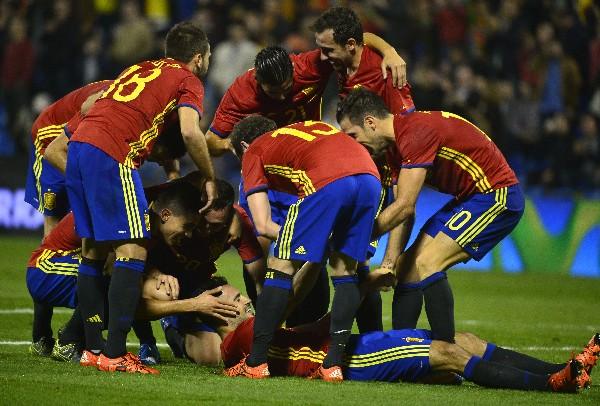 Los jugadores de la selección de España festejan el triunfo. (Foto Prensa Libre: AFP)
