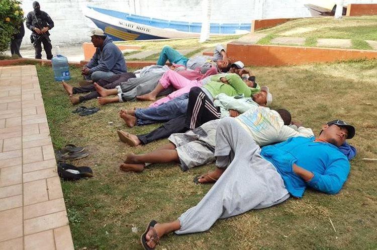 Los nueve tripulantes de las lanchas son custodiados por la Policía salvadoreña. (Foto Prensa Libre: Fiscalía General de El Salvador).