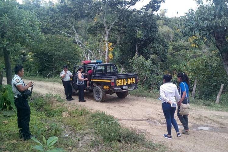 Menores rescatadas son ingresadas a una autopatrulla de la PNC. (Foto Prensa Libre: Edwin Paxtor)