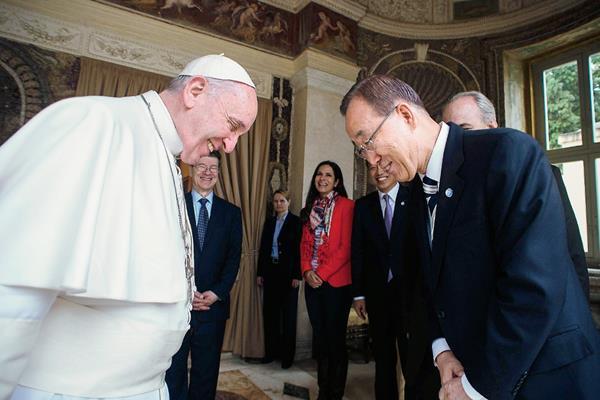 El papa Francisco (izda) recibe en audiencia al secretario general de las Nacione Unidas, Ban Ki-moon (dcha), en el Vaticano. (Foto Prensa Libre:EFE)