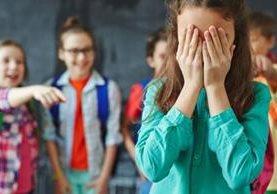 El acoso puede ser verbal o físico. En muchos casos un grupo decide dejar de saludar a un chico, quitarle los útiles o llamarlo por apodos. (Foto, Getty Images)