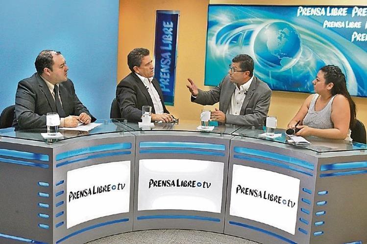 El diputado Roberto Alejos y el analista Marcio Palacios —al centro— conversan con el editor Antonio Barrios y la periodista Jessica Gramajo, durante el programa Diálogo Libre.