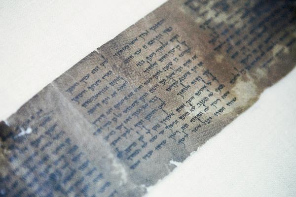 Una copia completa más antigua del mundo de los Diez Mandamientos, escrito en uno de los Rollos del Mar Muerto, en Jerusalén.(Foto Prensa Libre:AP)