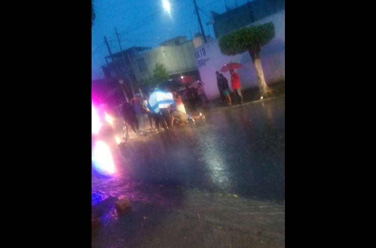Familiares y bomberos junto al cuerpo de Cristian Fernández. Foto Prensa Libre: Notí San José V.N.