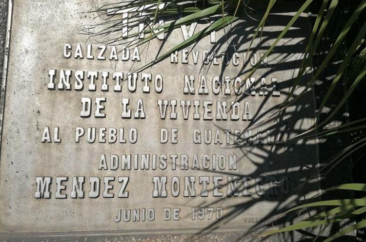 Una plaqueta, ubicada en la base del Monumento a la Revolución de la Calzada San Juan revela detalles de su construcción. (Foto Prensa Libre: César Pérez)