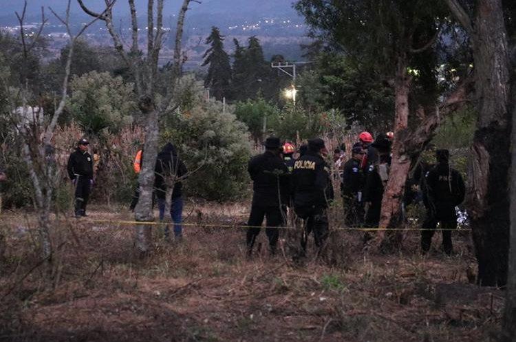 Autoridades buscan evidencias en el lugar donde fue localizada la menor. (Foto Prensa Libre: Víctor Chamalé)