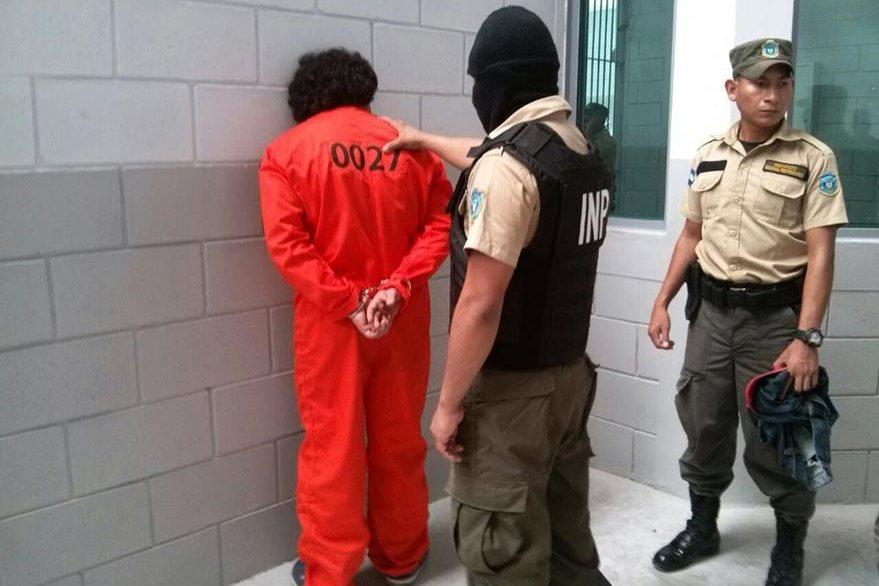 Como norma, los prisioneros vestirán todo el día un traje anaranjado. (Foto Prensa Libre: AFP).