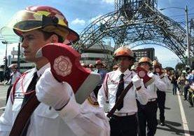 Bomberos Municipales recorren varias calles y avenidas de las zonas 9,4 y 1 por celebración de 59 aniversario. (Foto Prensa Libre:Estuardo Paredes)