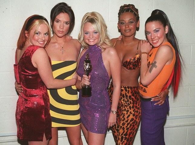 Aunque no tengas los vestidos de los colores o los estampados adecuados, puedes hacerles modificaciones sencillas y apegarte a los peinados de las cantantes para aumentar el parecido. (Foto Prensa Libre: Glamour).