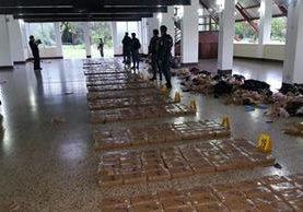 Entre ayer y hoy, las fuerzas de seguridad han incautado 1 mil 722 paquetes de cocaína en el Pacífico. (Foto Prensa Libre: PNC)