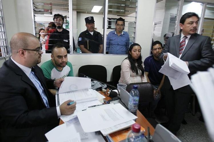 Tres de los cinco señalados por plazas fantasmas, en la audiencia de primera declaración. (Foto Prensa Libre: Paulo Raquec)