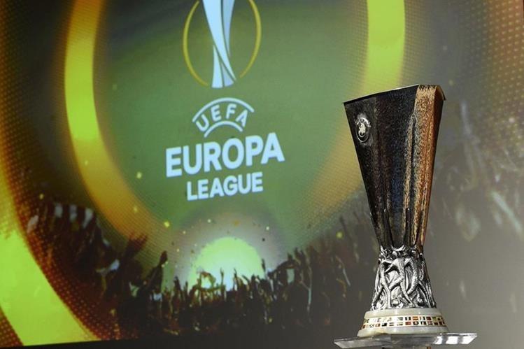 Este es el trofeo que se entregará al campeón de la Liga de Europa en la final del 18 de mayo en Basilea, Suiza. (Foto Prensa Libre: AFP)