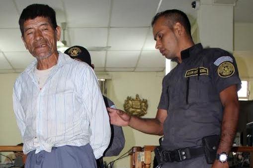 Salvador Mejía Castro, de 65 años, es trasladado a un juzgado de Santa Cruz del Quiché, sindicado de violación. (Foto Prensa Libre: Óscar Figueroa)