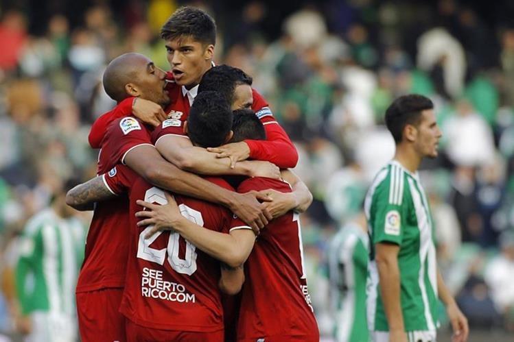 Los jugadores celebran el triunfo en el derbi de esta mañana. (Foto Prensa Libre: EFE)