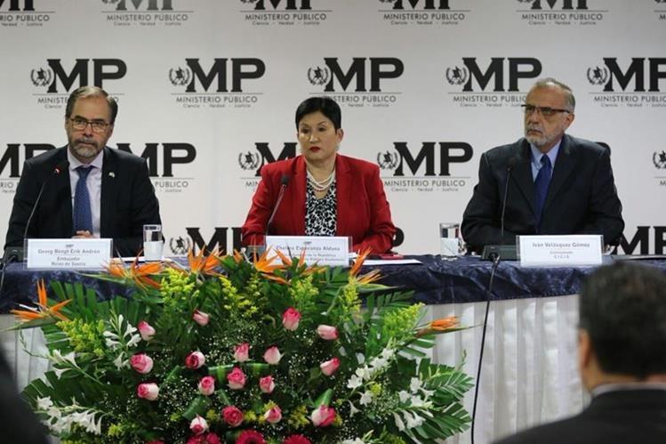 El embajador de Suecia, Georg Andrén, Iván Velásquez de Cicig y Thelma Aldana del MP, en acto de donación. (Foto Prensa Libre: MP)