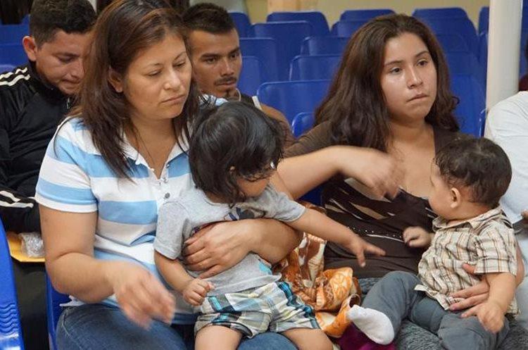 Madres y niños esperan ser asistidos por voluntarios en un centro humanitario en la ciudad fronteriza de McAllen, Texas. (AFP).