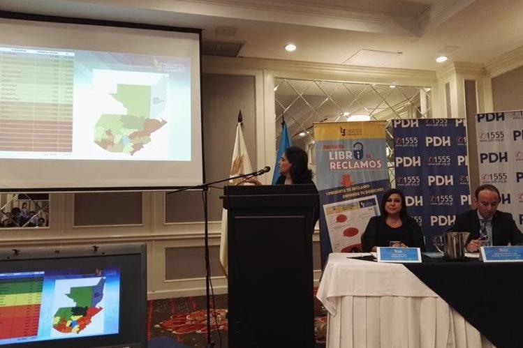 La jefa de la Secretaría de Acceso a la Información de la PDH, Violeta Mazariegos presenta informe sobre Acceso a la información Pública. (Foto Prensa Libre: PDH)