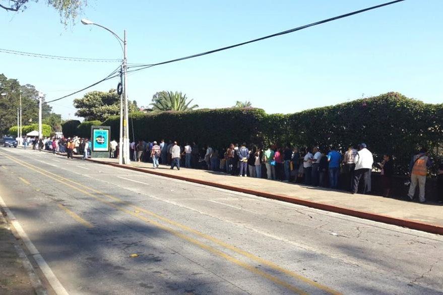 Decenas de personas permanecen fuera del Parque de la Industria. (Foto Prensa Libre: Conap)