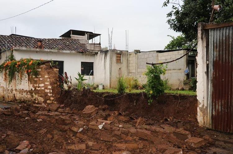 Paredes de adobe colapsaron por el terremoto de 7.7 magnitud. (Foto Prensa Libre: Héctor Cordero)
